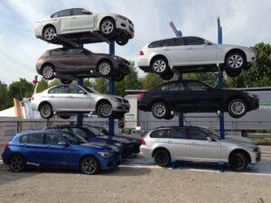 Zur Demontage anstehende Fahrzeuge